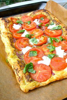 italiaanse plaattaart met ui, tomaat en mozzarella Pureed Food Recipes, Veggie Recipes, Vegetarian Recipes, Cooking Recipes, Healthy Recipes, Tapas, Good Food, Yummy Food, Oven Dishes