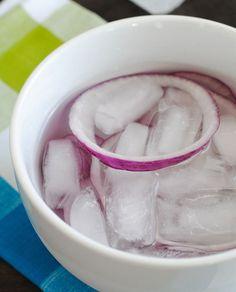 L'eau froide fait sortir les sulfates, rendant les oignons plus tolérables.