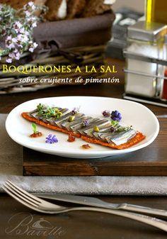 Un aperitivo o tapa muy original, boquerones a la sal sobre un hojaldre crujiente de pimentón, y cebolla confitada en moscatel.