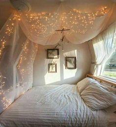 myggnät ljusslinga över sängen.
