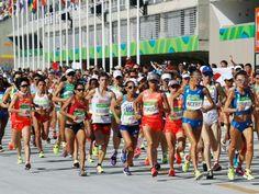 女子マラソン スタートする福士加代子(中央右)。その右は田中智美、左端は伊藤舞=リオデジャネイロ(共同)