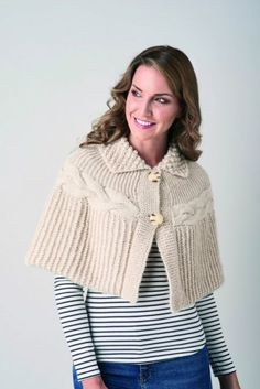 Sideways knitted cable cape in chunky alpaca yarn Capelet Knitting Pattern, Knitted Cape Pattern, Easy Scarf Knitting Patterns, Knitted Capelet, Crochet Baby Hat Patterns, Lace Knitting, Sweater Patterns, Crochet Pattern, Stitch Patterns