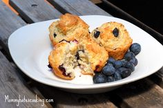 One of my favorite muffins to eat for breakfast are Blueberry Muffins. Typically, most of my muffin recipes do not include oil or butter. These Blueberry Muffins can be extremely healthy, you can replace the Real Food Recipes, Snack Recipes, Cooking Recipes, Yummy Food, Blueberry Crumble Muffins, Blue Berry Muffins, Homemade Breakfast, Best Breakfast Recipes, Breakfast Ideas