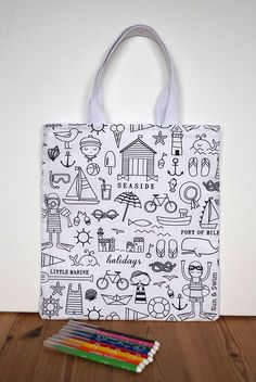 Ce tote-bag invitera vos enfants à être créatifs en attendant les vacances ! En effet, il est en coton à colorier sur le thème de la mer. Il peut-être colorié avec des feutres lavables, ainsi vous pourrez le laver et recommencer ! Sinon, utilisez des feutres textiles pour pouvoir garder le dessin.  Ce sac peut servir pour la bibliothèque, pour les doudous, pour transporter ses petits trésors, pour aller à la plage,... Je lai triplé avec un entoilage afin déviter que lencre des feutres ne…
