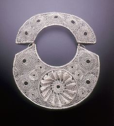 Arline Fisch, Medallion Halo, 2007, necklace, fine silver, sterling silver, 27.9 x 31.8 cm, photo: Will Gullette
