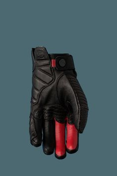 full-grain leather glove with a distinct personality, beautifully combining quilted and perforated leathers, and allying design with protection. Motos Retro, Motos Vintage, Vintage Motorcycles, Gants Moto Vintage, Cuir Vintage, Biker Gloves, Mens Gloves, Bike Style, Moto Style