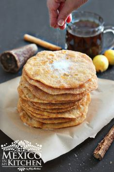How to make mexican buñuelos How to make Buñuelos Mexicanos Recipe │Mexican Buñuelos - This is the basic and simple way to make a treat that I am sure many Mexicans living abroad remember their grandmothers, aunts or mothers prepare this time of the year. Mexican Sweet Breads, Mexican Bread, Mexican Dishes, Mexican Chorizo, Mexican Drinks, Mexican Bunuelos Recipe, Delicious Desserts, Yummy Food, Bon Appetit