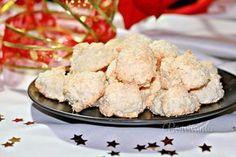Aby sa kokosky rozplývali na jazyku, je potrebné ich správne pripraviť. Preto treba dodržať dávkovanie cukru, aj keď sa to zdá veľa. Cukor treba použiť kryštál, alebo krupicu, nie práškový. Kokosky sa pripravujú sa rôznymi spôsobmi, no mne sa najviac osvedčilo šľahanie nad parou. Kokosky potom vôbec nezmenia tvar, zvrchu sú chrumkavé a vnútri mäkké. Czech Recipes, Ethnic Recipes, Xmas, Christmas, Nutella, Potato Salad, Cauliflower, Food And Drink, Favorite Recipes