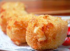 Bolinho de queijo - http://cybercook.terra.com.br/receita-de-bolinho-de-queijo-r-15-12506.html