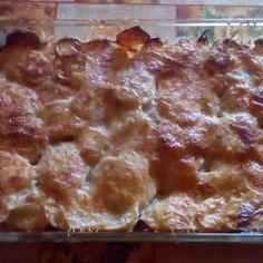 Sütőben sült hagymás krumpli sok sajttal: krémes és pikáns | Viktória Vas receptjeCookpad receptek Macaroni And Cheese, Ethnic Recipes, Food, Mac Cheese, Meal, Essen, Hoods, Mac And Cheese, Meals