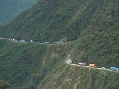 El camino de las yungas voliviano. Más conocido como la carretera de la muerte. Este camino está considerado como uno de los más peligrosos del mundo.