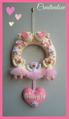 Ghirlanda/fiocco nascita decorato con fiorellini, uccellini, ballerine e un cuore per Giorgia. Una creazione davvero romantica in pannolenci/feltro. Handmade Felt Creations.