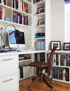 Un bureau avec bibliothèque