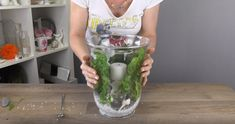 Sie steckt eine Kerze in eine große Vase und gießt Wasser dazu.... Das wollen Sie auch zuhause!!! - DIY Bastelideen