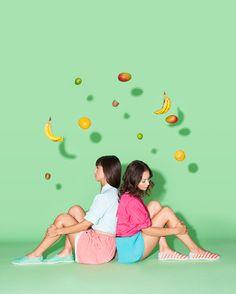 Festa ao ar livre inspira campanha de calçados. Modelos da Native Shoes foram fotografados em ambientes decorados com frutas