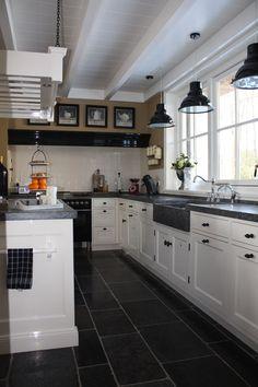 Landelijke keuken met prachtige hoekkast in landelijke Voorthuizen Blue Kitchen Cabinets, Kitchen Flooring, Kitchen Tops Granite, Kitchen Remodel, Interior Design Kitchen, Kitchen Remodel Small, Home Kitchens, Kitchen Layout, Kitchen Design
