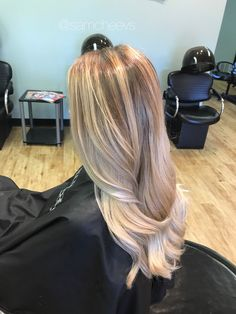 2017 blonde ombré hair trends for summer and fall / warm sandy honey platinum ice white natural roots / pale skin / for dirty blonde and light brown hair types