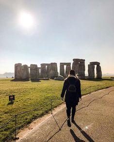 Nach London und Stonehenge zog es uns im Februar.  Es war zwar eisig kalt, doch der Ausblick auf die mystischen Steinformationen von Stonehenge ließ uns die Kälte vergessen.  Wir buchten den Tagesausflug nach Stonehenge und Bath über @getyourguide. War ei Stonehenge, Things To Do In London, Picture Show, Monument Valley, Stuff To Do, Social Media, Photoshoot, Culture, Inspiration