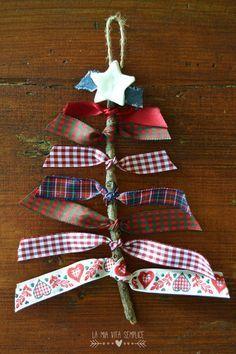 Un semplice albero di Natale fai da te da realizzare in 5 minuti con rametti di legno e strisce di stoffa colorata da riciclare.
