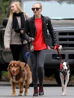 The Woof pack : Spuds McKenzie and Finn on the prowl in LA. Amanda Seyfried, Pretty Pegs, Me And My Dog, Star Track, Celebrity Style Inspiration, Autumn Clothes, Celebrity Outfits, Fair Skin, Dog Walking