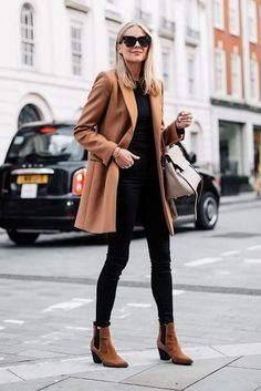 """Neutral minimalism: Amy Jackson and her """"Urban Wardrobe .- Neutraler Minimalismus: Amy Jackson und ihre """"Urban Wardrobe"""" Neutral Minimalism: Amy Jackson and her Urban Wardrobe - Ankle Boots Outfit Fall, Camel Coat Outfit, Booties Outfit, Brown Chelsea Boots Outfit, Wool Camel Coat, Brown Boots Outfit Winter, Black Jeans Outfit Fall, Ankle Booties, Black Boots"""