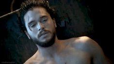 """Comemorando a participação de """"Game of Thrones"""" na Comic Con de San Diego, que está rolando lá na Califórnia esta semana, a página oficial da série no Reino Unido acaba de divulgar um vídeo maravilhoso com os erros de gravação da sexta temporada. Mesmo curtinho, o vídeo nos rende ótimas rizadas. Principalmente por conta do …"""