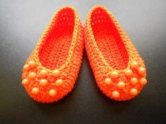 SAPATILHA COM FRENTE DE PÉROLAS: Sapatinho estilo sapatilha de crochê em linha 100% algodão.  Solicite na cor de sua preferência.  Acompanha embalagem em filó    Tamanhos:  P - 8 cm - RN,  M - 9 cm - 0 a 3 meses,  G - 10 cm - 3 a 6 meses. R$ 35,00.