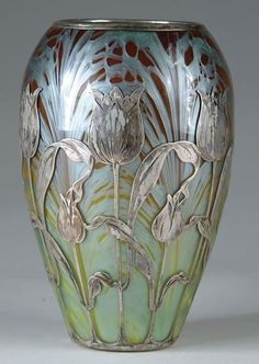 This is a vase from the art nouveau period. It was created in the early twentieth century by 'Loetz', which was the premier Bohemian art glass manufacturer during the art nouveau period. Antique Glass, Antique Art, Antique Rings, Cristal Art, Design Art Nouveau, Jugendstil Design, Keramik Vase, Art Decor, Decoration