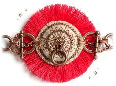 """BIJOU TEXTILE - Bracelet rouge et beige original en tissu brodé à la main façon henné  """"Soleil de MauritHENNI"""""""