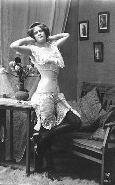 This was pretty racy stuff back in 1900 . Pin Up Vintage, Vintage Glamour, Vintage Mode, Vintage Girls, Vintage Beauty, Vintage Burlesque, Vintage Corset, Vintage Lingerie, Edwardian Fashion