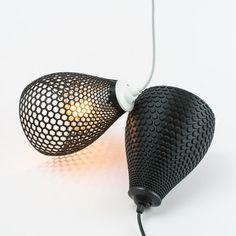 Les variations de lampes imprimées 3d. Concept émerge d'avoir une grille hexagonale simple et la forme de base d'un abat-jour. Combinant à la fois dans le produit unique donne de nombreuses variantes approche différente auge et la modélisation de la forme.