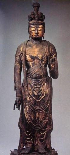 【京都・六波羅蜜寺/十一面観音立像(951年)】本堂中央の厨子に安置。温和な表情。10世紀頃の平安前期彫刻から平安後期の和洋彫刻に至る過渡期を代表する作例。空也上人自ら像を刻み、車に安置し、市中をまわり、病魔を鎮めたと伝わる。