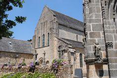 L'église abbatiale de Daoulas La proximité du centre culturel de l'Abbaye de Daoulas et de l'église abbatiale confère à cet ensemble un aspect particulier. Une austérité toute monacale se dégage de cette église classée. Cette atmosphère singulière est engendrée par la pureté des lignes architecturales, l&#8217