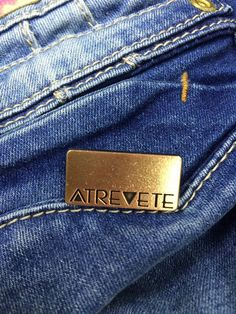 Accesorios diseñados y fabricados por Estrada Velasquez. Denim Branding, Logo Branding, Jeans, Back Patch, Metal, Textiles, Button, Leather, Clothes