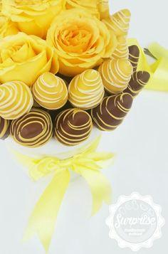 Tono amarillo rosas fresas chocolate