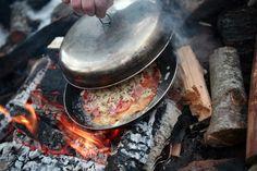Med bål og medbrakt stekepanne er det lett å lage god pizza på tur.