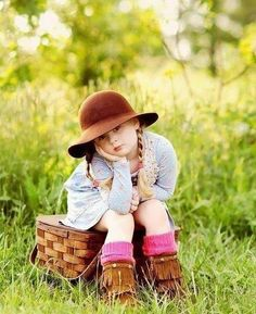 Toddler photography - beautiful girl with hat Beautiful Little Girls, Beautiful Children, Baby Girl Pictures, Girl Photos, Cute Kids, Cute Babies, Cute Baby Couple, Toddler Photography, Photography Ideas