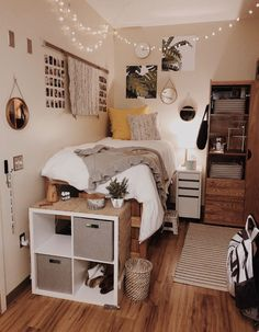 Need some dorm inspiration for next semester? Well, you'll absolutely LOVE these dorm room ideas for girls! These dorm ideas are perfect for any girly girl who wants her college dorm room to feel like home. Room Inspiration, Small Rooms, Dream Rooms, Bedroom Decor, Small Room Bedroom, Apartment Decor, Bedroom Design, Dorm Room Decor, College Dorm Room Decor