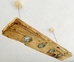 Simple, élégant, moderne et intemporel...  La barre de bois est un vieux bois récupérés.  Les voyants qui ont été attachées, donnent un excellent éclairage uniform vers le bas ou sur le côté.  Beaucoup de place pour la décoration créative...  La longueur est de 90 cm La largeur est de 15 cm La hauteur est de 6 cm La distance au plafond est env. 35cm, mais qui peut être ajusté sur demande.  Les lampes LED ont une puissance de 230 v / 3,5 W (total 14 W) et 320 lumens (total 1280Lumen). C'est…