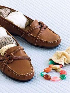 Si vas a transportar tus zapatos, recuerda rellenarlos con calcetines o pantimedias. Cuidarás tus zapatos y ahorras espacio. #PlazaparTips