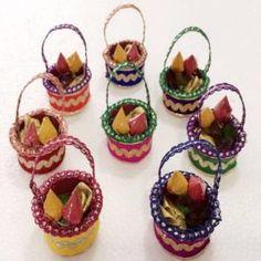 Small baskets containing Pasupu Kumkuma, flower and akku vakka Indian Wedding Gifts, Diy Wedding Gifts, Wedding Crafts, Diy Wedding Decorations, Festival Decorations, Wedding Card, Trendy Wedding, Wedding Favors, Return Gifts Indian
