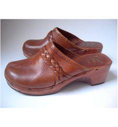 1970s clogs / tan leather clogs / Kinney vintage clogs
