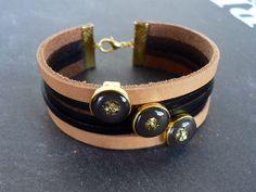 Bracelet Manchette cuir beige et noir, Perles Passantes métal doré kaki foncé et paillettes d'or, bijou bohème : Bracelet par l-oiseau-seraphine
