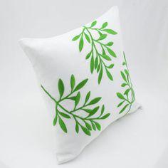 Funda de almohada de lino blanco con bordados de brillantes hojas verdes frescas para la decoración de verano.  Esta funda de almohada ha ocultado la cremallera en la parte inferior y está disponible en tamaño 16 x 16, tamaño 18 x 18, tamaño 20 x 20, tamaño 24 x 24 y tamaño 26 x 26. Elija el tamaño que necesita usando los menús desplegables tamaño.  Este listado es para la cubierta de la almohadilla sin insertar relleno.  Esta funda de almohada es hecho a pedido. Por favor espere hasta 2…