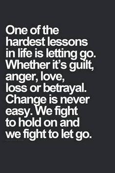 """Viviendo aparigraha en la vida cotidiana.  """"Una de las lecciones más difíciles en la vida es dejar ir.  Ya sea culpa, enojo, amor, pérdida o traición. El cambio nunca es fácil. Luchamos para retener y peleamos para dejar ir."""