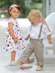 Wir gehen auf ein Fest!   Für kleine Ballköniginnen: Set aus Kleid und Haarband.   Für kleine Charmeure: Set aus Hemd und Hose mit abnehmbaren, elastischen Hosenträgern.