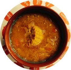 """Sopa tipo """"cruzado"""", se unen caldo de pollo y caldo de res acompañado de mazorca, pimientos, cebollita picadita, mmm!, deliciosa y reconfortante."""
