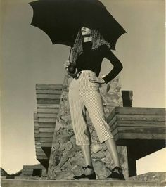 """Louise Dahl-Wolfe- Model Claire McCardell in front of Frank Lloyd Wright's House, AZ #1, Harper's Bazaar, 1942"" Vía Luis César."