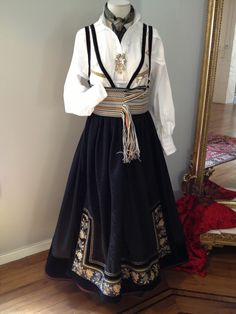 Beltestakk fra Eva Lie Folk Costume, Costumes, Traditional Dresses, Scandinavian, High Waisted Skirt, Elegant, My Style, Skirts, Weaving