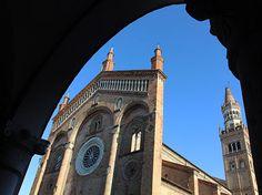 La città di Crema, dominata dal Duomo, è da visitare passeggiando lungo le viette del centro. Merita una visita il Santuario di Santa Maria della Croce.